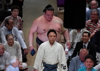 <大相撲>稀勢の里、早くも3敗目 連続優勝は絶望的に