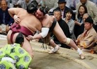 <大相撲夏場所>日馬富士敗れ全勝の白鵬が単独トップに