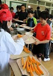 <夕張メロン>「2玉150万円」給食に 児童は満面の笑み