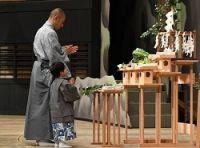 <歌舞伎>海老蔵さん父子が舞台の安全祈願 最年少で宙乗り