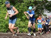 富士山の山道を駆け上がる選手たち=富士山で2017年7月28日、滝川大貴撮影