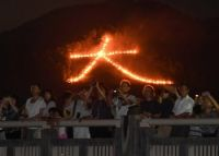 <京都五山送り火>夜空焦がす炎、8万人見入る