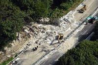 <中央道土砂崩れ>幅60メートルにも流入 復旧めど立たず
