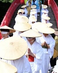 <富山・芦峅寺>極楽浄土へ白装束姿の女性が「布橋灌頂会」