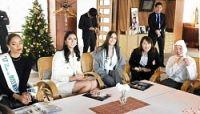 <ミキモト真珠島>世界の美女が訪問 現役海女と歓談