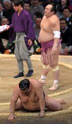 <大相撲九州場所>逆転負け稀勢 五つ目金星に「うーん」