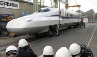 <新幹線>新型「N700S」先頭車両完成 搬出作業を公開