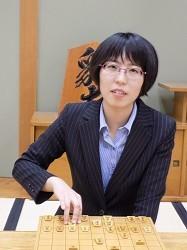 <将棋>里見香奈、女性初の棋士遠のく 奨励会退会決まる