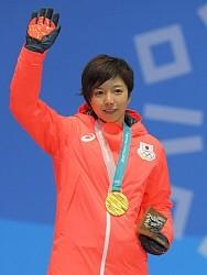 <五輪スケート>小平、金メダルに笑顔「皆さん見て」