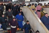 <大相撲春場所>「相撲列車」で大阪入り 200人の力士ら