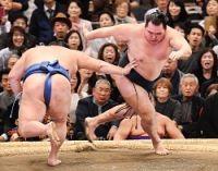 <大相撲春場所>ドタバタ白星に苦笑い 鶴竜9連勝