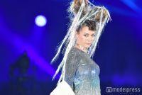 土屋アンナの個性派衣装に驚きの声「すごい」 ボディラインあらわ<TGC北九州2017>