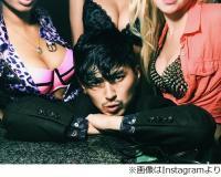 """松田翔太が""""巨乳祭り""""状態に、「うはうはやん」「この役やりたい」。"""