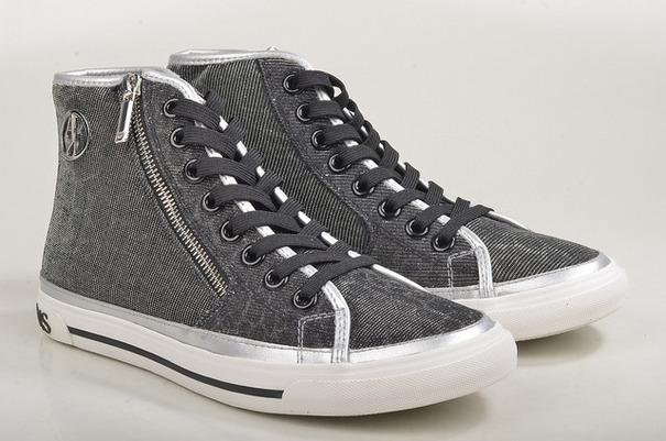 エナメルの靴はシューストレッチャーで伸びるもの …