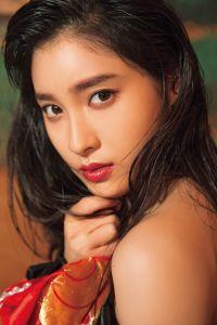 土屋太鳳、メモリアル写真集の誌面カット公開 肩&美背中を大胆に披露