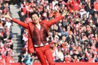 郷ひろみ、ハーフタイムショーで熱唱&全力疾走 『スーパーラグビー』が開幕