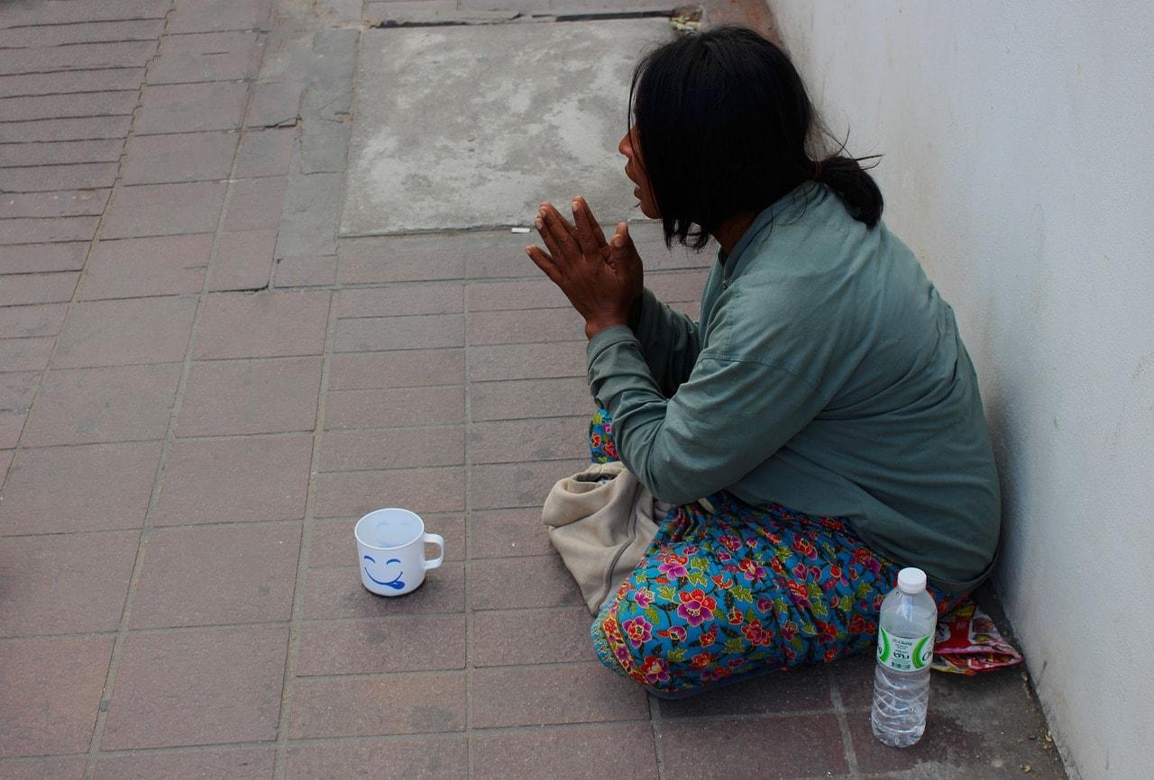 物乞いする女性と食べ物を配った男性が恋に落ちる 「コロナ禍で生まれ ...