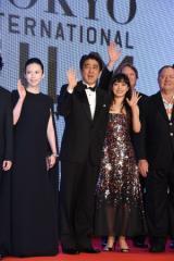 東京国際映画祭が開幕 レッドカーペットに嵐、中谷美紀、安倍晋三首相が登場