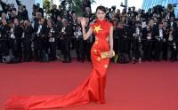 「国旗ドレス」の中国版ユーチューバーに法的制裁も?共産党系メディアが怒り―中国