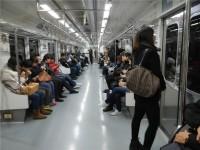 韓国の大学教授が「地下鉄で化粧する女性は…」とマナーを注意、学生から女性差別と告発される