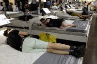 イケア店内のベッドで爆睡、たたき起こしてみたところ…―中国