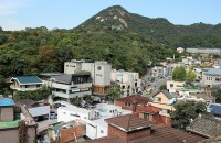 外国人にも人気のソウルの伝統家屋村、ぼろぼろの瓦屋根をシートで覆う実態=韓国ネット「京都とは大違いだね」「これでは歴史ある国とは言えない」