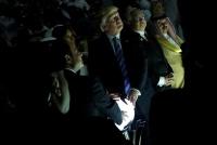 トランプ大統領が輝く球体に手を乗せる画像、ネット上で連想呼ぶ