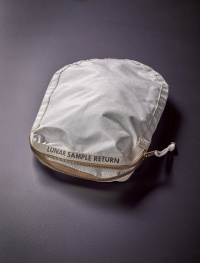 アポロ11号で月の砂など採取の袋、7月に競売へ