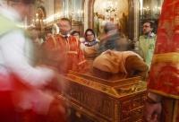 モスクワで聖ニコライの遺骸公開、数千人が行列