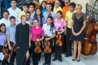 仏大統領官邸でコロンビアの学生が演奏、ブリジット夫人が歓迎