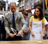 英ウィリアム王子夫妻、ドイツでプレッツェル作りに挑戦