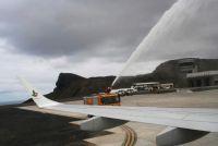 セントヘレナ島に初の民間機到着、絶海の孤島に歓声