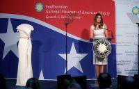 メラニア夫人、大統領就任式のドレスをスミソニアン博物館に寄贈