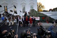 ホワイトハウスにクリスマスツリー到着、メラニア夫人がお出迎え
