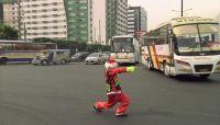 マニラの「踊る警官」、サンタ姿で交通整理