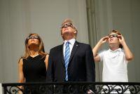 米国で皆既日食、トランプ一家やイバンカさんもバルコニーで観測