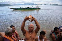 インド各地でヒンズー教の儀式、先祖を供養