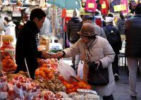 アングル:日銀の「物価の眼鏡」に歪み、国民の暮らし向きは悪化