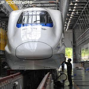 深夜から早朝まで・・・「汚れた車両の清掃」で中国高速鉄道を支える女性たち=中国