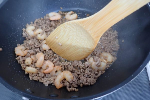 辛ラーメンを使用した『嫌儲ラーメン』が激ウマ! 辛ラーメンとひき肉と小エビを用意するだけ