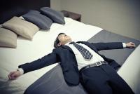 約7割が「寝ながらスマホ」習慣 睡眠負債の調査で明らかに