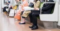 電車やバスで化粧、女性の約3割経験あり 95%の人が「マナー違反だと思う」