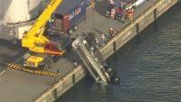 神戸市でタンクローリーが海に転落、運転手の男性死亡