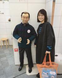 """石田ゆり子が""""岡本太郎人形""""と2ショット 「リアル過ぎて怖い」の声も"""