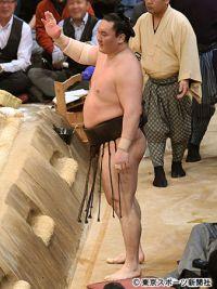 【大相撲九州場所】初黒星の白鵬が前代未聞の愚行 土俵に居座る