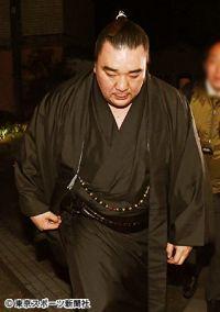 日馬富士「引退」の真相 白鵬の温情が逆風を強める結果に