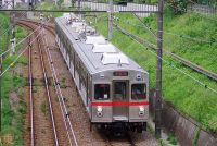 銀色の鉄道車両、なぜ増えた? そのメリットと塗装離れの背景