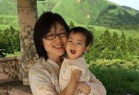 議会での授乳が広まりつつある一方、乳児を連れた市議会の出席が認められない日本
