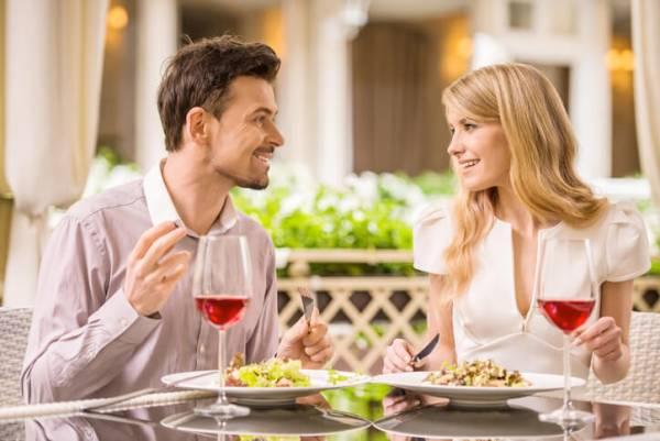 【好感度バツグン】男性が食事デートで「やさしい子だな…」と思う行動とは