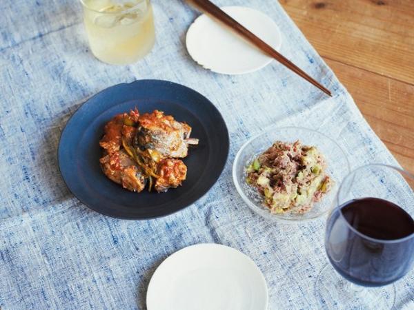 (左)サバ缶とオリーブのトマト煮、(右)コンビーフとアボカドのタルタル。